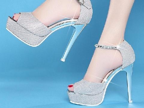 Giày cao gót khiến phụ nữ Nhật phát điên