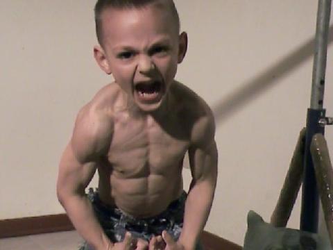 Cậu bé 7 tuổi khiến triệu người kinh ngạc khi vừa đu xà vừa xách xô nước