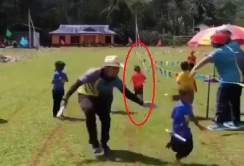 Cô bé thi chạy tiếp sức kiểu 'đối đầu'