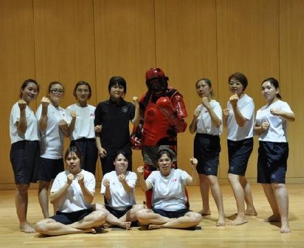 Cảnh sát Hàn Quốc dạy võ cho cô dâu nước ngoài