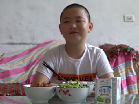 Cậu bé Trung Quốc nỗ lực tăng cân để hiến tủy cứu cha