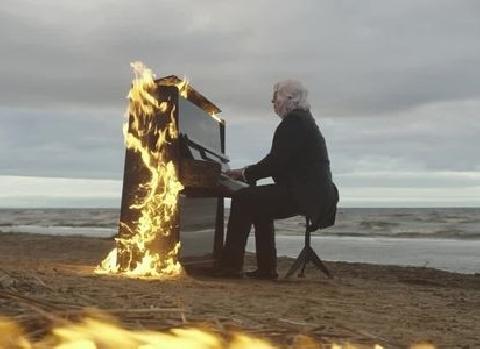 Nhạc sĩ mù người Nga biểu diễn cùng chiếc piano bốc cháy