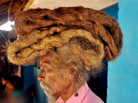 40 năm không cắt tóc gội đầu vì ''yêu cầu của Thượng Đế''