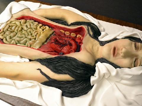 Đầu lâu, nội tạng người ngập ngụa trên chiếc bàn làm bánh!