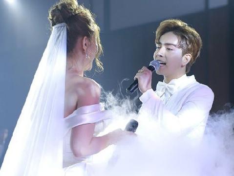 Thu Thuỷ song ca tình tứ cùng chồng trẻ, trao nụ hồn nồng cháy trong đám cưới