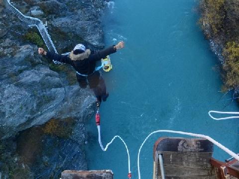 Trò mạo hiểm trượt chân rơi ngay xuống vực sâu 150 m ở Trung Quốc