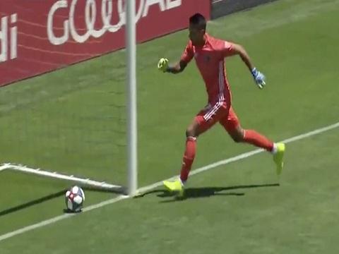 Thủ môn để bóng lọt qua hai chân vào lưới từ đường chuyền về