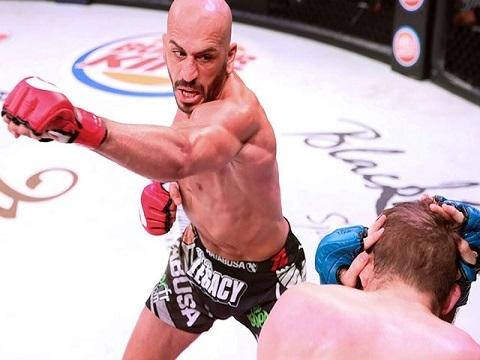 Võ sĩ MMA đấm như máy khiến đối thủ 'tối tăm mặt mũi'