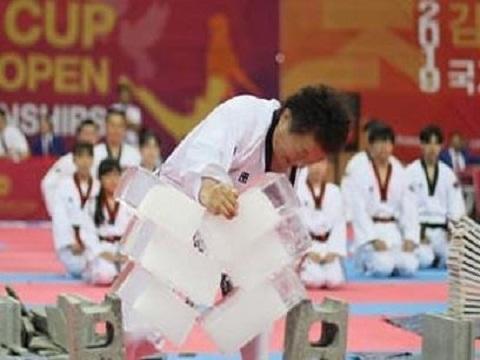 Đại sư taekwondo dùng tay công phá 3 khối nước đá
