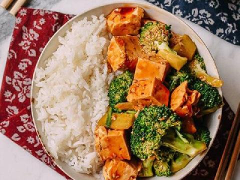 Món chay bắt cơm nhất mùa Vu Lan: đậu hũ xào bông cải