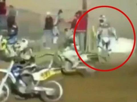 Vận động viên ngơ ngác khi xe đua 'không cánh mà bay'!
