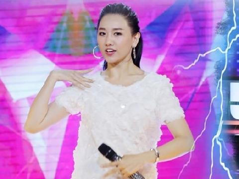 Hari Won cực quyến rũ live hit ''Vì em vẫn'' trong show của Trấn Thành
