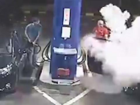 Nhân viên lấy bình cứu hỏa xịt vào người đàn ông hút thuốc ở trạm xăng