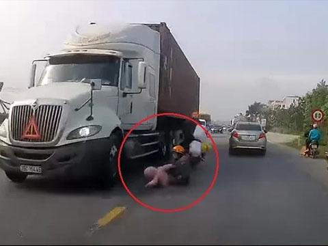 Cả gia đình thoát chết trong gang tấc trước bánh xe container