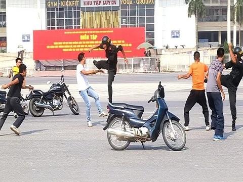 4 Cảnh sát cơ động hạ gục 10 thanh niên đua xe, gây rối