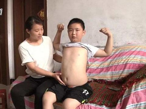 Khâm phục với cậu bé tăng gần 2 chục cân để cứu cha