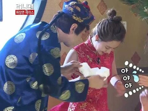 Lee Kwang Soo đụng chạm nhạy cảm dàn cast Running Man
