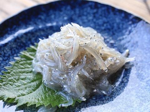 Ăn cơm với cá cơm tươi trộn trứng sống