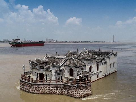 Ngôi đền nổi trên mặt nước gần ngàn năm gây choáng