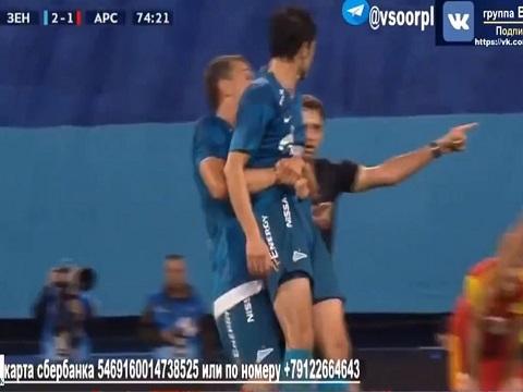 Không chịu thay người, cầu thủ bị đồng đội nhấc lên ném khỏi sân