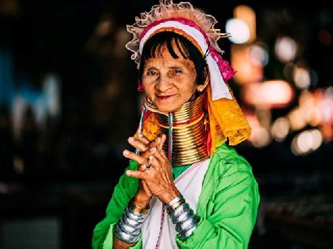 Những bộ tộc kỳ lạ, tự đục môi và giãn cổ để làm đẹp