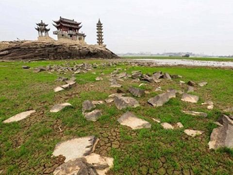 Bí ẩn hòn đảo 1.000 năm tuổi bỗng dưng nhô lên giữa lòng hồ