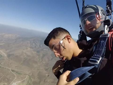 Khó đỡ với anh chàng lính Mỹ ngất xỉu ba lần khi nhảy dù