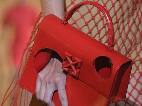 38 triệu đồng cho chiếc túi thủng không đựng được gì có đáng tiền?