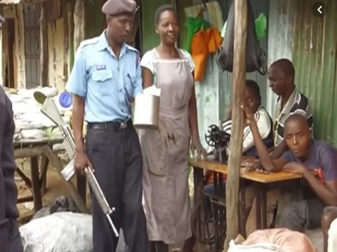 Độc lạ: Cảnh sát mang vũ khí truy tìm người dùng túi nilon tại Kenya