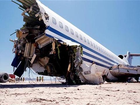 Lỗi hạ cánh, máy bay lao xuống đường băng vỡ làm đôi