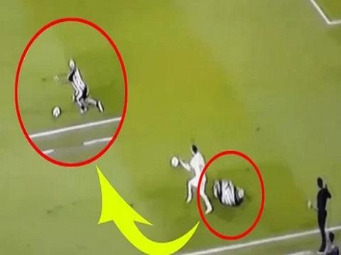 Nằm ăn vạ, 5 giây sau cầu thủ bật dậy chạy khi bóng đến chân