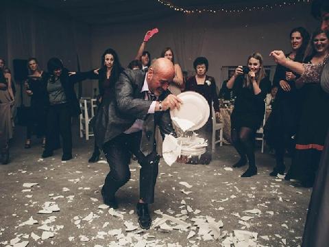 Đập vỡ đĩa để bắt cô dâu chú rể dọn dẹp để đám cưới trọn vẹn