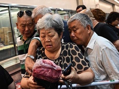 Kinh hoàng cảnh ba bà nội trợ giành nhau miếng thịt lợn cuối cùng