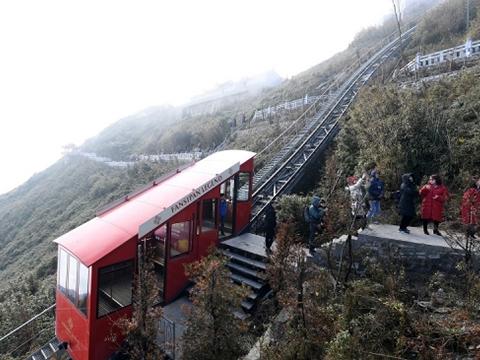 Sởn gai ốc với chuyến tàu dốc nhất thế giới