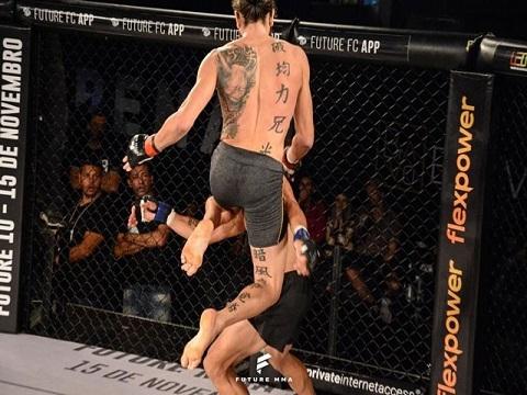 'Lạnh gáy' trước đòn 'gối bay' đáng sợ khiến võ sĩ Brazil bất tỉnh
