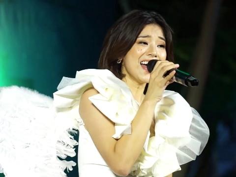 Hoàng Yến Chibi hóa thiên sứ, hát live ''Nụ hôn đánh rơi'' cực đỉnh