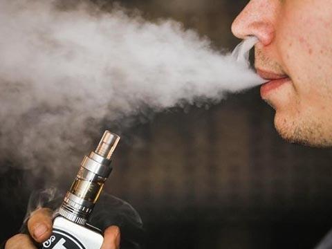 Run sợ trước tác hại của thuốc lá điện tử