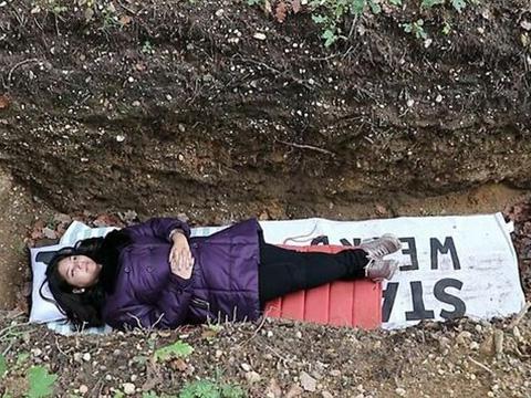 Trường ĐH đào mộ cho sinh viên nằm thử để giảm áp lực học hành