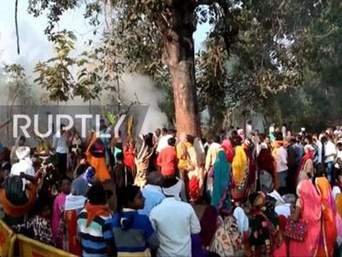 Hàng nghìn người ôm ''cây thần'' chữa bệnh ở Ấn Độ