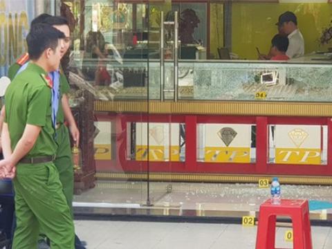 Nổ súng cướp tiệm vàng quá táo bạo ở Hóc Môn
