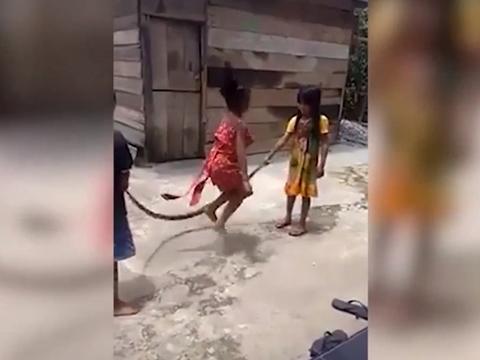 Trẻ Việt Nam nhảy dây bằng xác rắn khiến thế giới rúng động