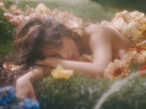 Camila Cabello táo bạo khoe da thịt giữa rừng hoa trong MV mới
