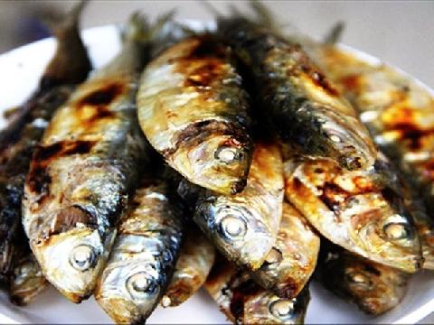 Hoảng hồn với món cá trích sống lên men