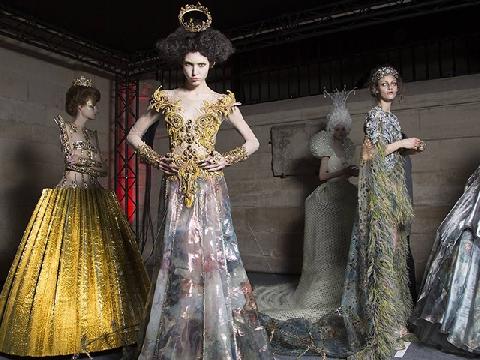 Trang phục đắt đỏ của Chanel được tạo ra như thế nào?