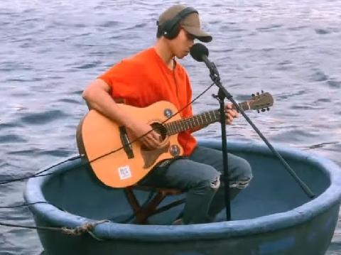 Thịnh Suy chơi lớn, bơi thuyền thúng ra giữa biển hát live hit ''Nghe em''