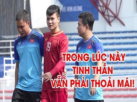 Quang Hải đi bộ vui vẻ, tươi cười sưởi nắng trước trận đấu với Campuchia