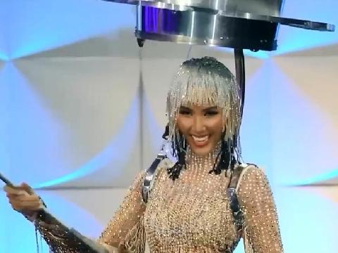 Hoàng Thùy siêu thần thái diện quốc phục 'Cafe phin sữa đá' tại bán kết Miss Universe 2019