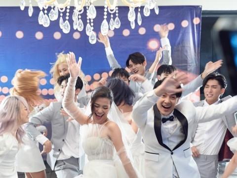 """Đông Nhi - Ông Cao Thắng """"bóc mẽ"""" cả showbiz trong MV đám cưới"""