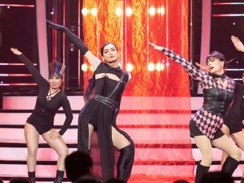 ''Jennie'' BB Trần cân cả team BlackPink phiên bản ''lố''