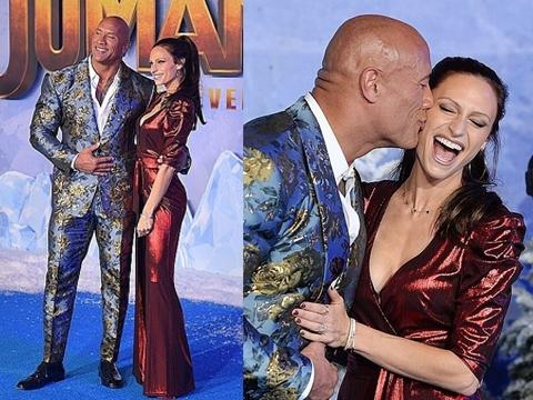 The Rock hôn cuồng nhiệt lên má vợ tại sự kiện